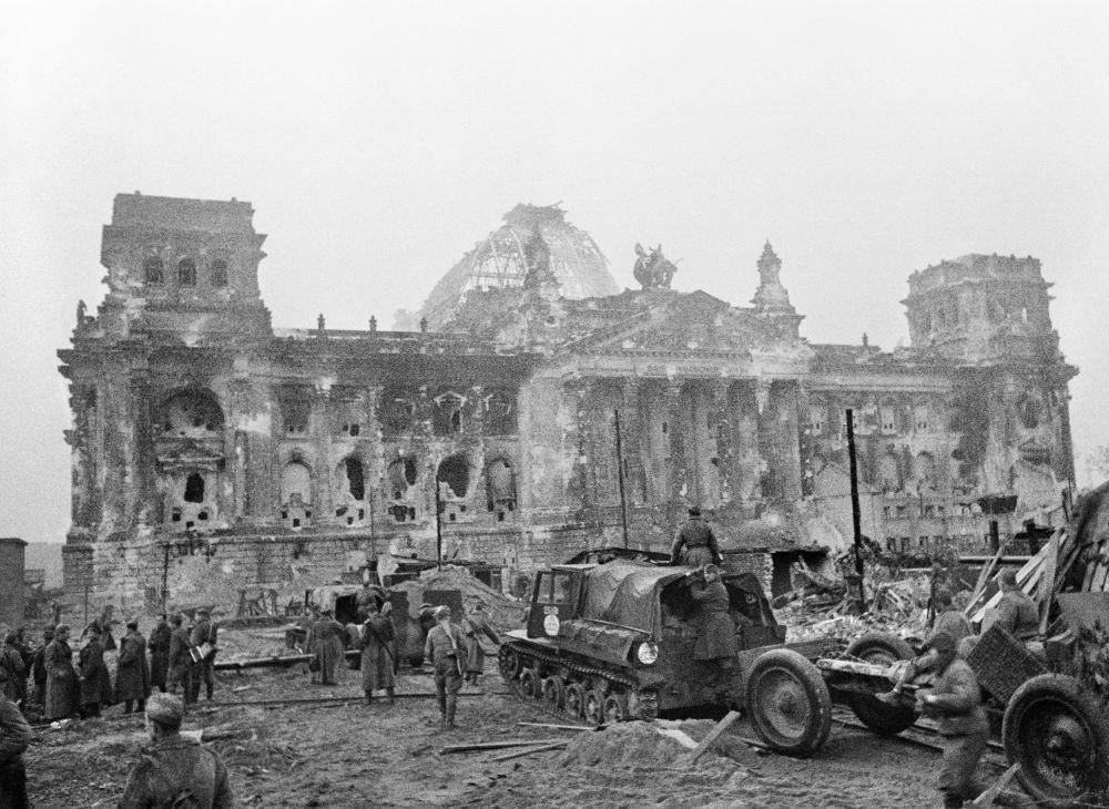 As tropas soviéticas na frente do Reichstag
