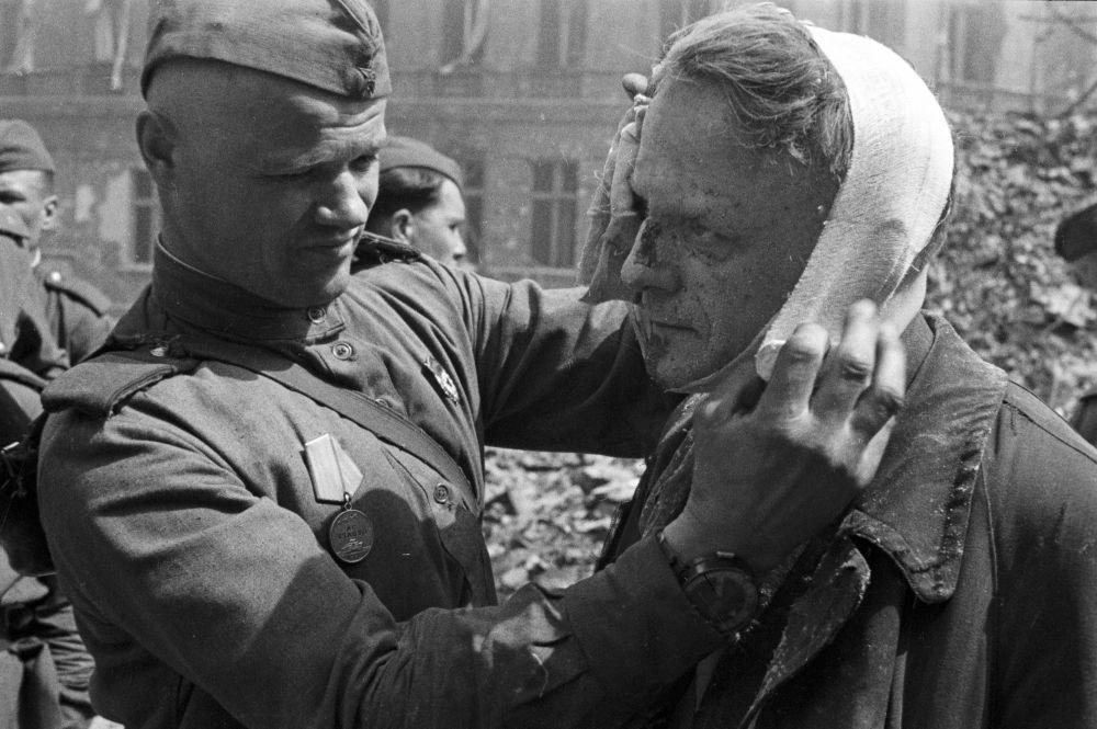 Soldados soviéticos em Berlim
