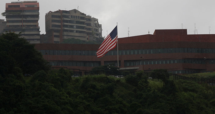 Bandeira norte-americana sobre a Embaixada dos Estados Unidos em Caracas, Venezuela