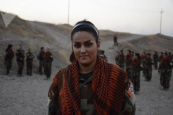 Mulher curda combate contra o Daesh perto de Hawija, Iraque.