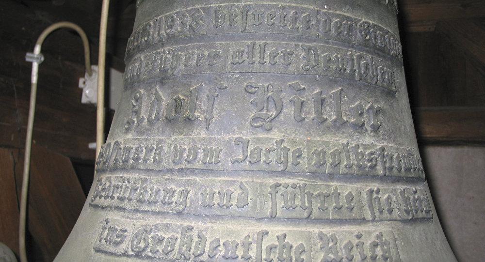 Sino com inscrição nazista Tudo pela Pátria. Adolf Hitler na igreja do povoado de Herxheim, Alemanha