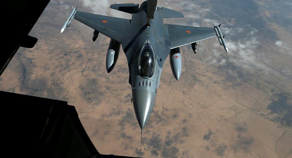 Caça F-16 da Bélgica recebe combustível de um KC-10 da Força Aérea americana durante missão da operação Inherent Resolve no Iraque e na Síria