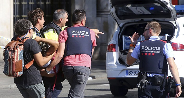 La ayuda a la persona herida tras el atropello en Barcelona