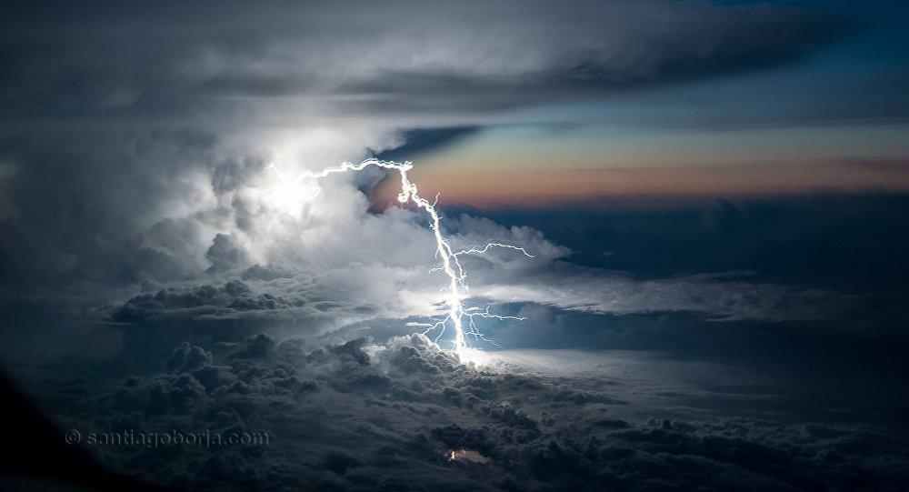 Piloto do Equador tira fotos encantadoras de tempestades a partir do avião