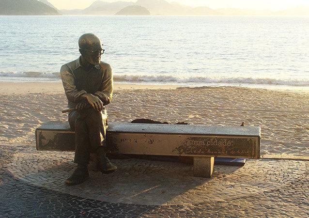 Estátua de bronze em homenagem ao centenário de nascimento do poeta Carlos Drummond de Andrade, inaugurada em 30 de outubro de 2002