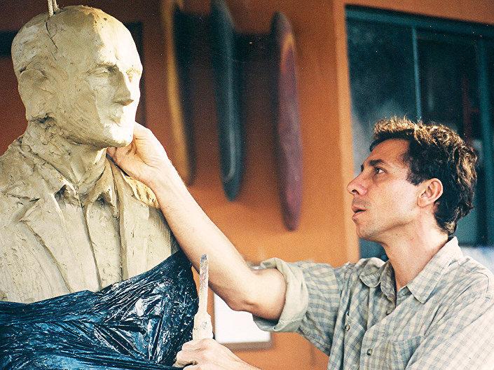 Leo Santana, durante o início do trabalho da escultura de Drummond
