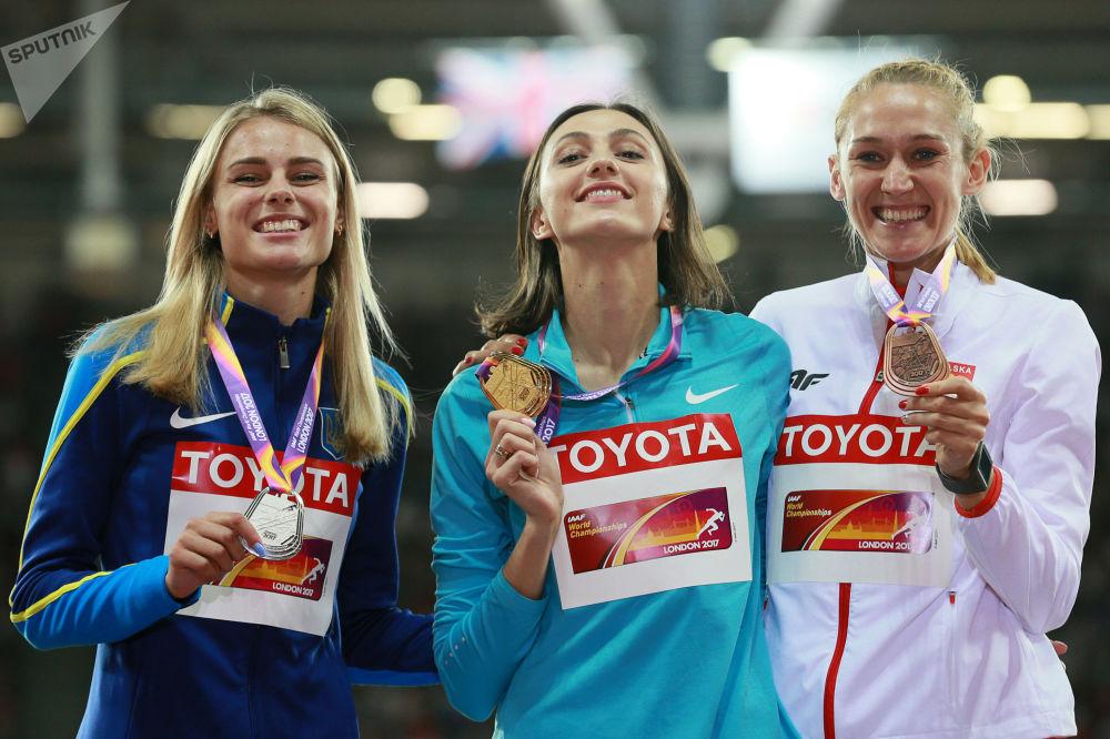 Medalhistas do salto em altura: Yulia Levchenko, Ucrânia, medalha de prata (esquerda), Maria Lasitskene, Rússia, ouro (centro) e Kamila Lićwinko, Polônia, bronze (direita), em Londres