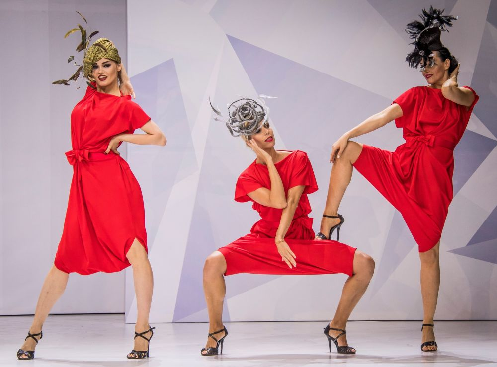 Modelos na feira internacional de moda Chapeau & Mosfur 2017 em Moscou, Rússia