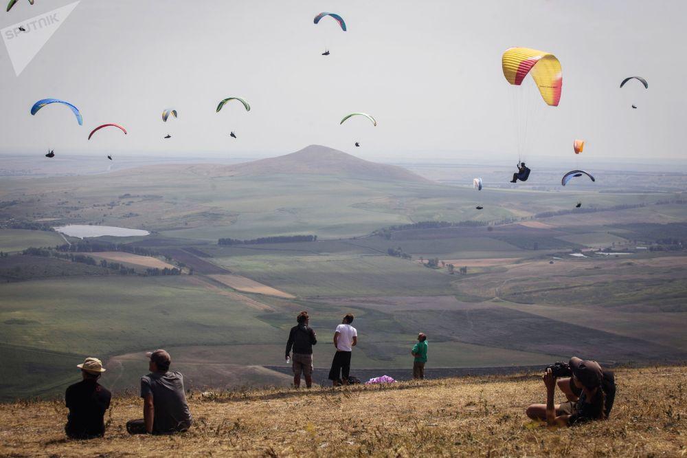 Competição de voos de parapente no sul da Rússia