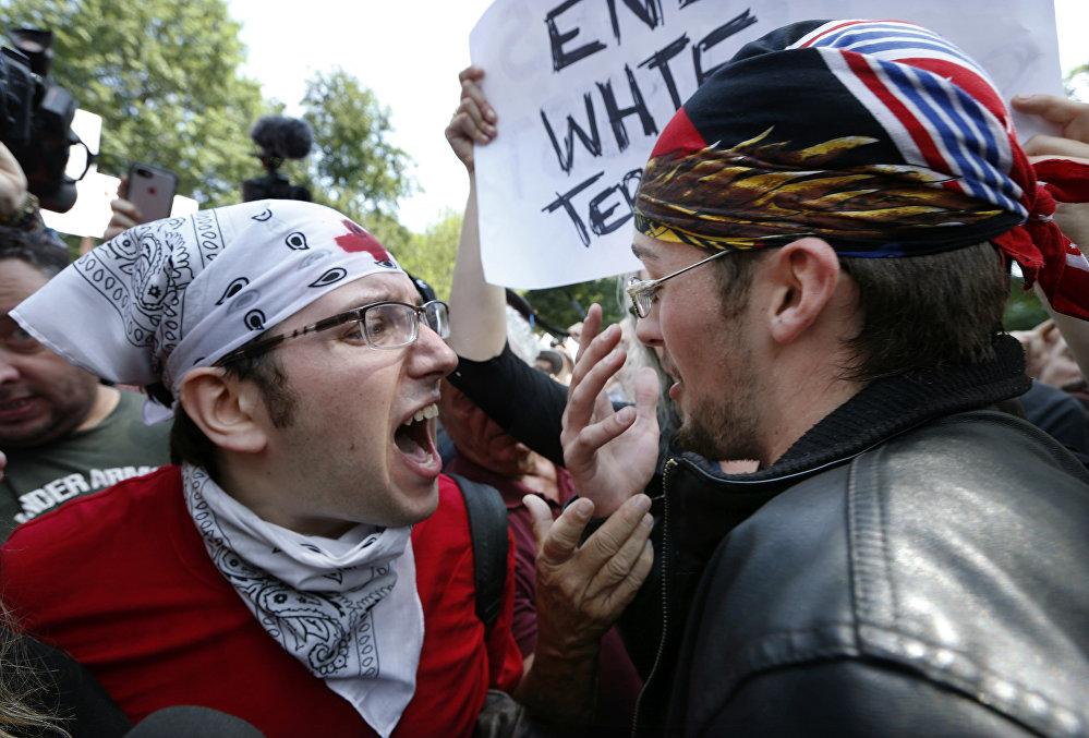 Milhares protestam nos EUA contra marcha pela 'Liberdade de Expressão'