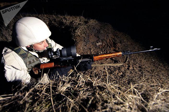 Um franco-atirador usando um dos lendários rifles Dragunov