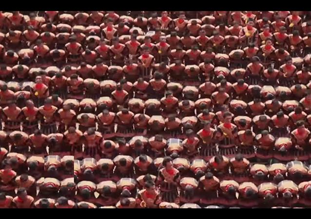 Centenas de indonésios executam a dança tradicional Saman