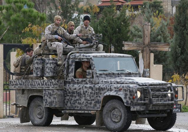 Forças Especiais do Exército libanês patrulham ruas de Ras Baalbek, no vale do Becaa (arquivo)