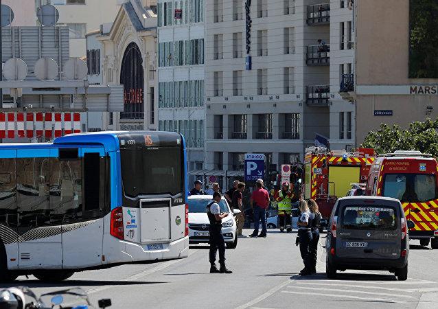 Polícia e serviço de emergência franceses impedem o acesso às áreas onde o carro chocou contra pontos de ônibus, Marselha, 21 de agosto de 2017