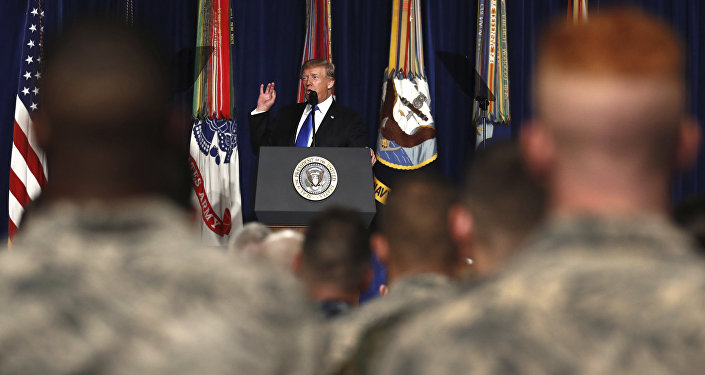 Presidente dos EUA, Donald Trump, manifesta-se na base militar de Fort Myers em Washington em 21 de agosto de 2017.