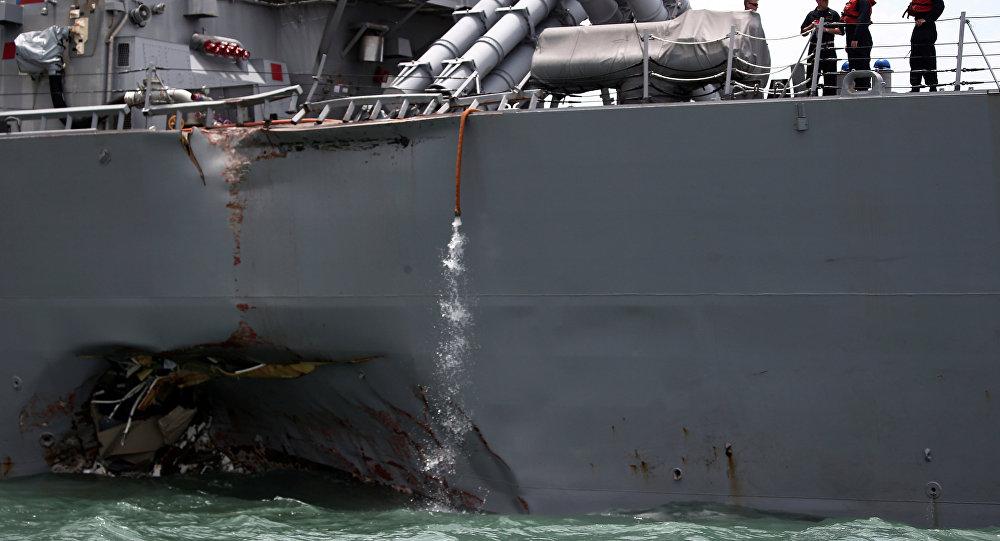 Destróier USS John S. McCain, depois da colisão nas águas de Singapura em 21 de agosto de 2017.
