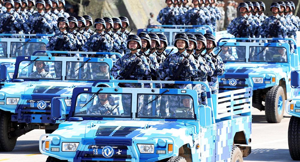Militares do Exército de Libertação Popular durante o desfile militar comemorativo do 90° aniversário da fundação do exército, na base militar de Zhurihe na China, em 30 de julho de 2017
