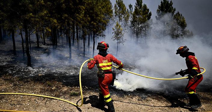 Militares espanhóis da Unidade Militar de Emergências (UME) combatem o fogo (foto de arquivo)