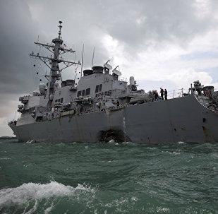 Destróier John McCain da Marinha dos EUA depois da colisão nas águas de Singapura em 21 de agosto de 2017