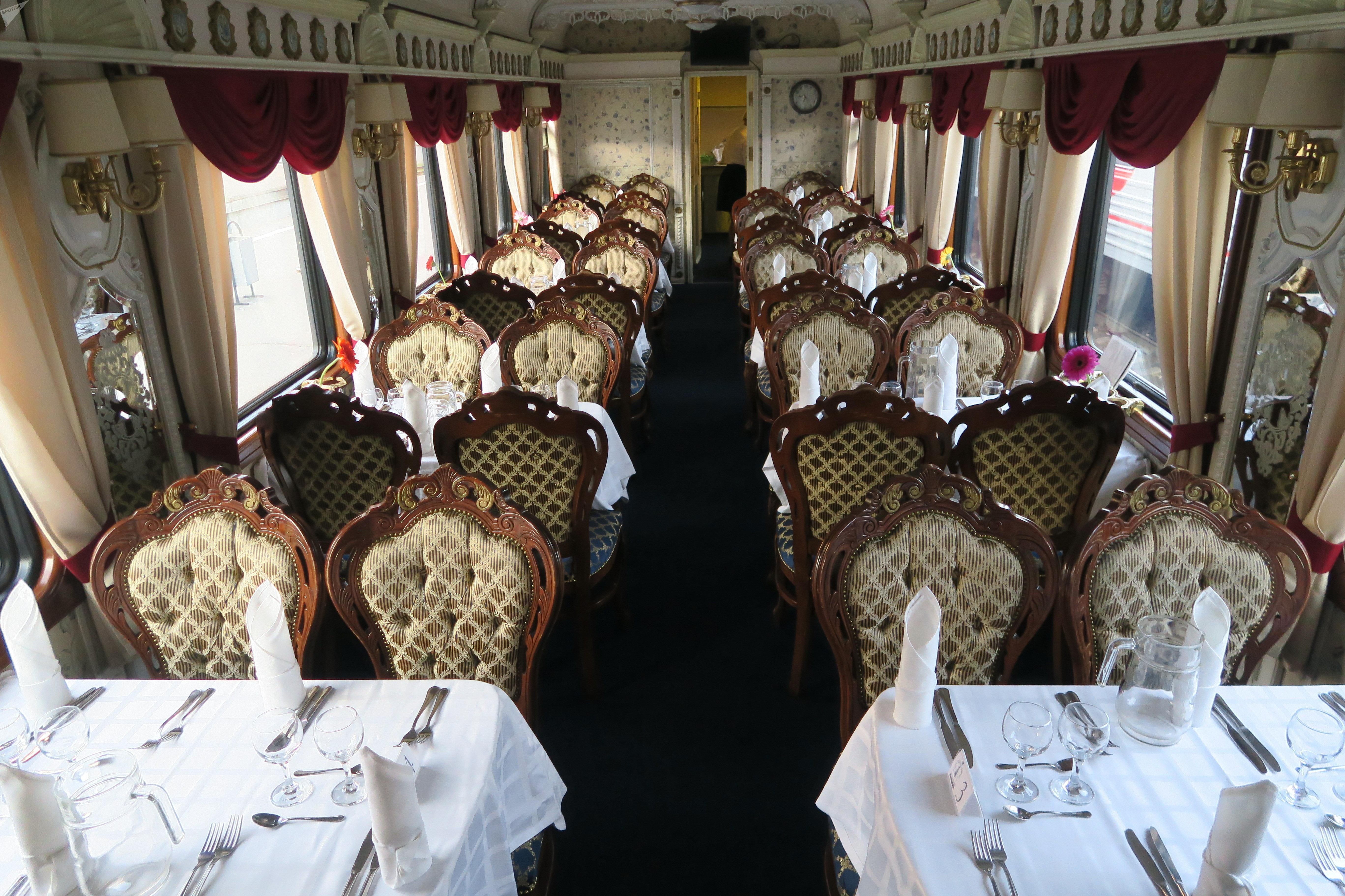 Um vagão-restaurante do trem Rússia Imperial