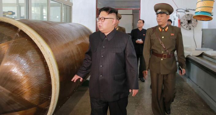 O líder norte-coreano Kim Jong-un chega com uma visita ao Instituto de Pesquisa de Materiais Químicos da Academia de Defesa Nacional