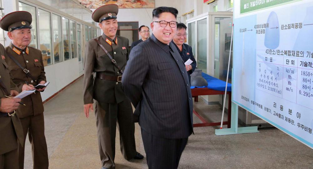 O líder norte-coreano Kim Jong-un, acompanhado por altos responsáveis do país, toma conhecimento em pormenor do processo de produção de ogivas e motores para os mísseis intercontinentais