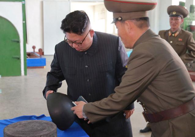 Kim Jong-un toma conhecimento de perto da produção de peças para os mísseis norte-coreanos, inclusive das tubeiras
