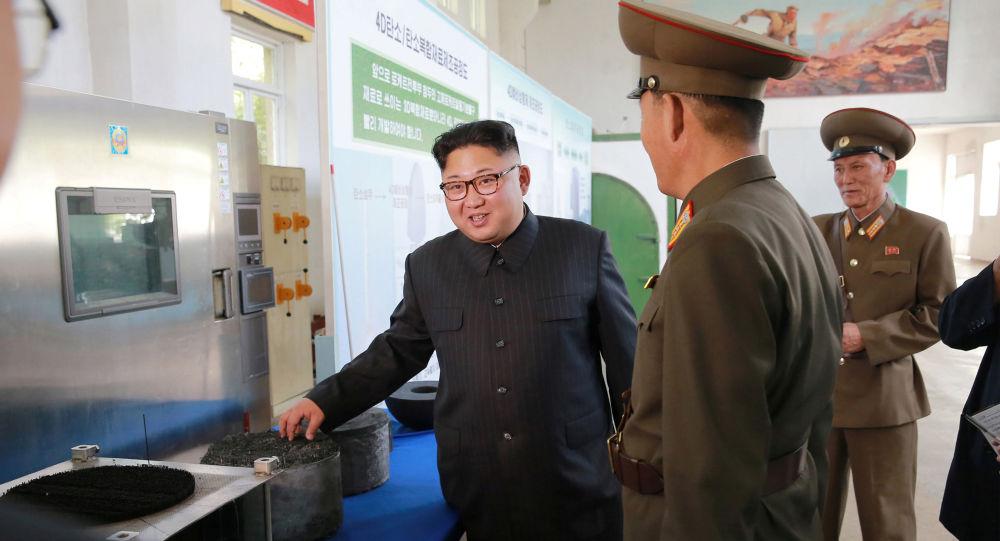 Kim Jong-un contata com os dirigentes do Instituto de Pesquisa de Materiais Químicos da Academia de Defesa Nacional
