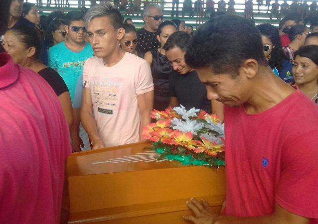Funeral de uma das vítimas do naufrágio no rio Xingu
