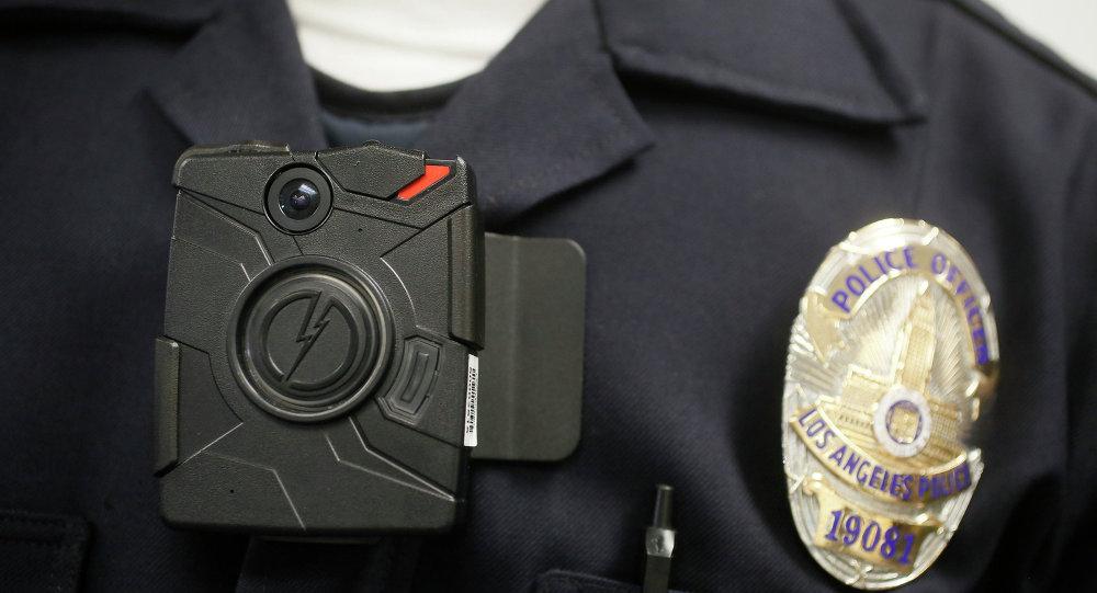 Um oficial da Polícia de Los Angeles com uma câmera acoplada ao corpo durante a demostração para a mídia em Los Angeles.
