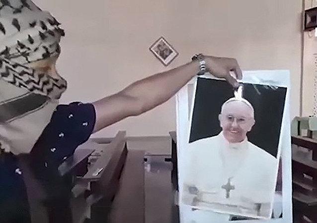 Terrorista do Daesh rasga foto do papa Francisco e faz ameaças contra líder católico