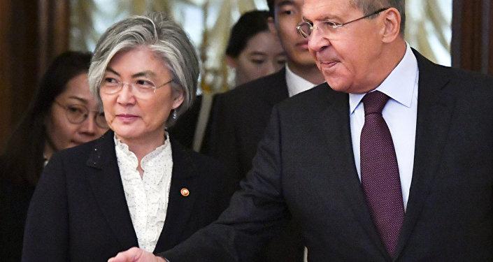 A ministra sul-coreana Kang Kyung-wha se encontrou com o chanceler russo Sergei Lavrov em Moscou