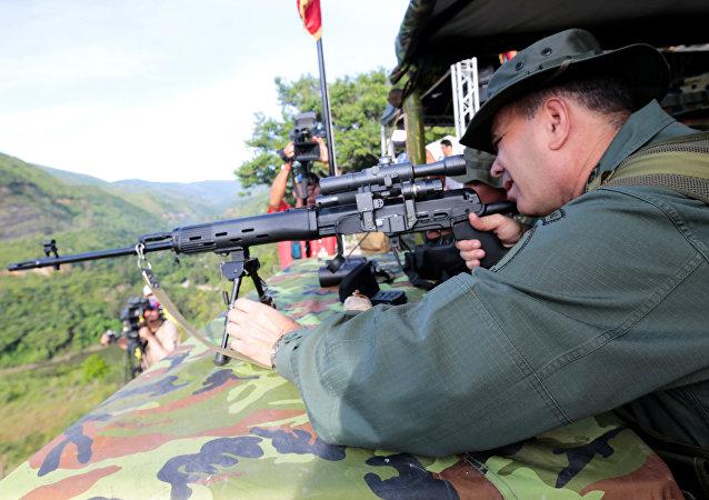 Ministro da Defesa da Venezuela, Vladimir Padrino López, utiliza rifle durante exercício militar