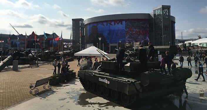 Visitantes passeiam pelo parque Patriot no decorrer do fórum militar EXÉRCITO 2017