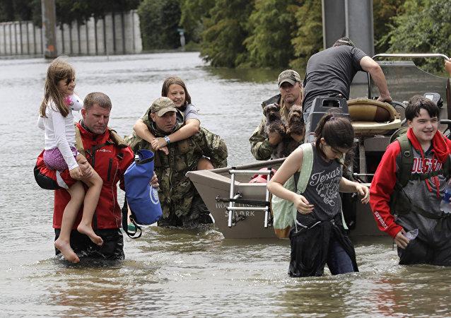 Vítimas do furacão Harvey deixam suas casas
