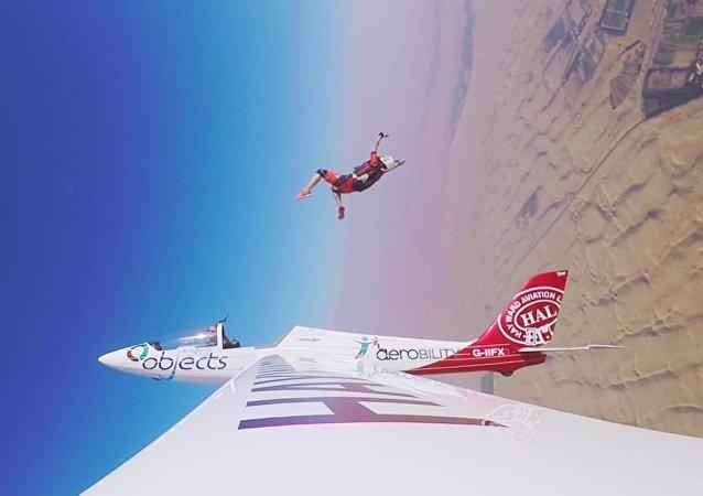 Paraquedista Nicole Smith realizou salto mais incredível de sua vida