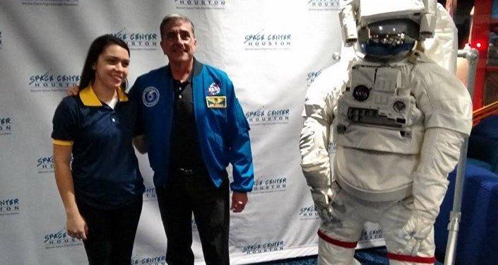 Mylena em almoço com o astronauta Donald Alan Thomas, na sede da NASA