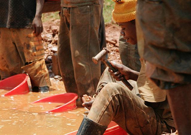 Homem trabalha em área de mineração no Congo, na cidade de Mongbwalu