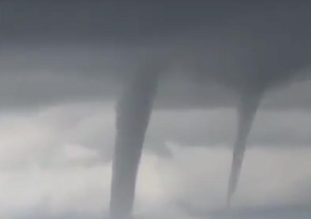 Piloto russo enfrenta fileira de tornados antes de aterrissar