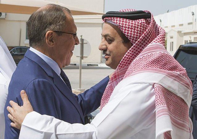 Chanceler russo, Sergei Lavrov, com ministro da defesa do Qatar, Khalid al-Attiyah em Doha, 30 de agosto
