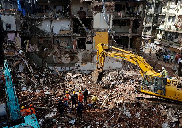 Prédio de 117 anos desabou com as fortes chuvas em Mumbai, Índia. Ao menos 34 pessoas morreram no incidente.