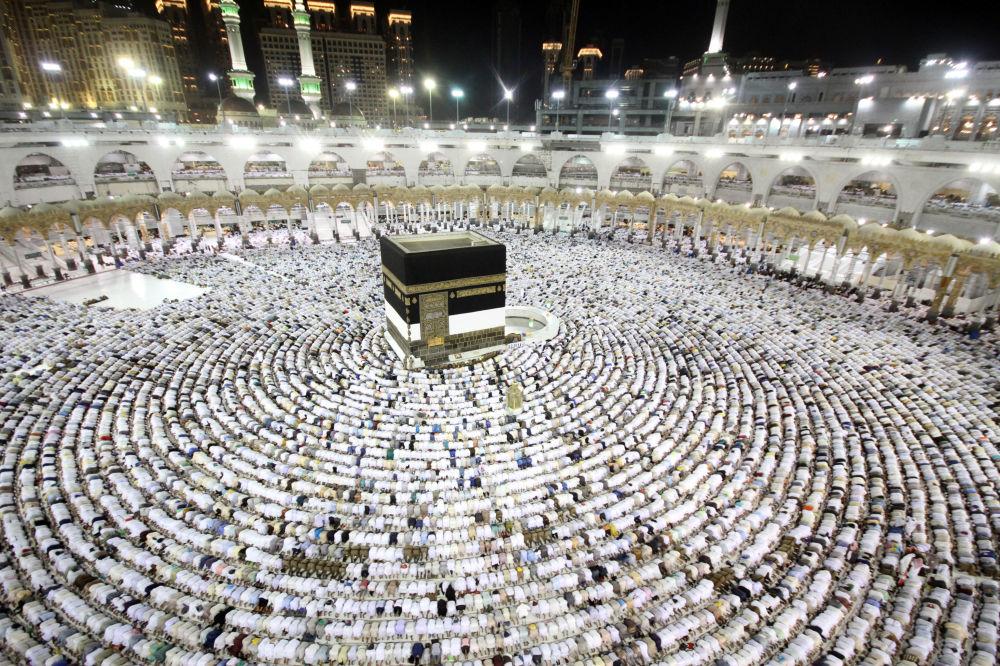 Oração em Meca que se realiza durante a peregrinação muçulmana anual Haje, Arábia Saudita