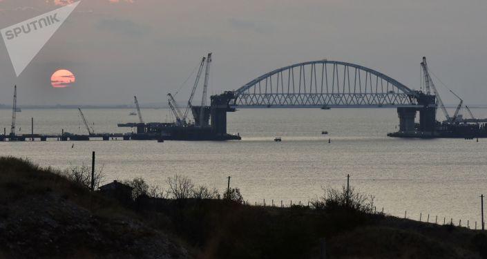 Arco ferroviário instalado na ponte da Crimeia
