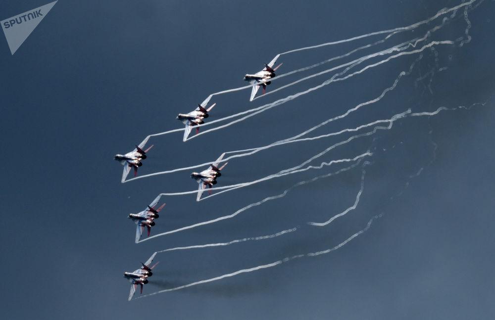 Acrobacia aérea de MiG-29 durante o fórum técnico-militar EXÉRCITO 2017