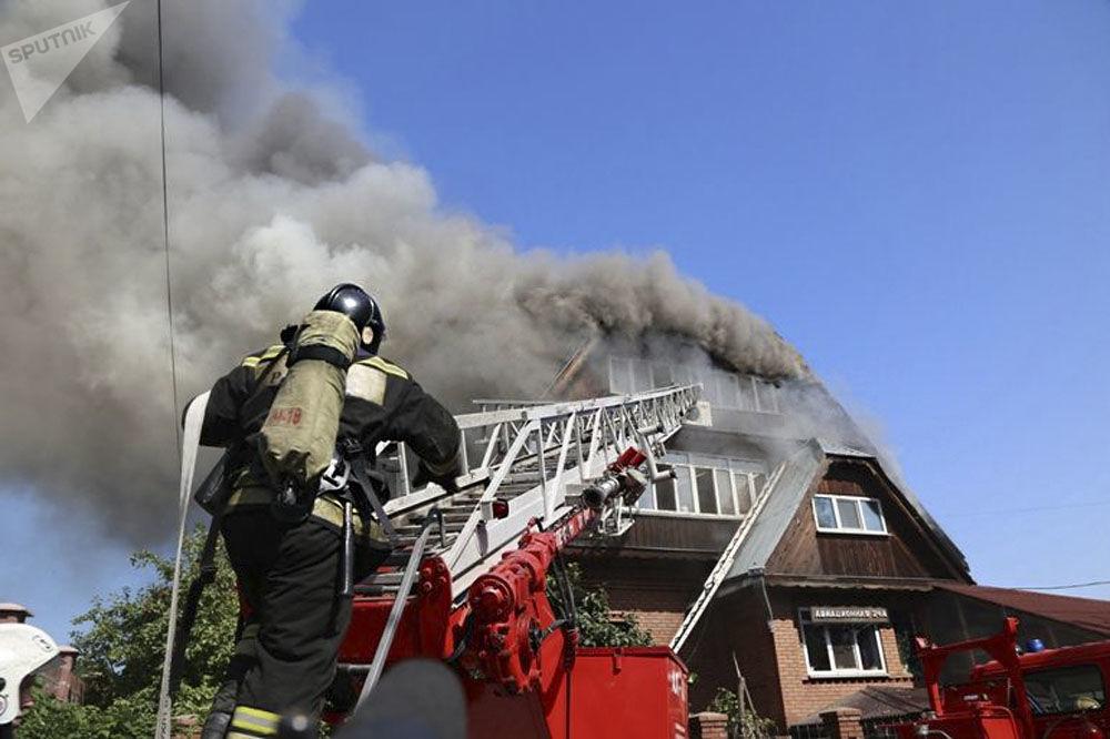 Bombeiro russo apaga fogo em casa para idosos na cidade russa de Krasnoyarsk