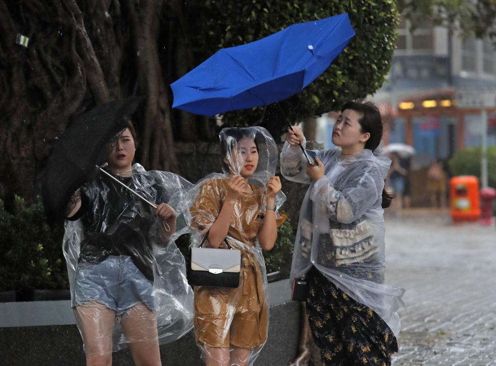 Meninas com guarda-chuvas em Hong-Kong