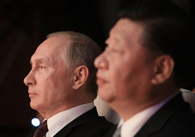 Presidente russo, Vladimir Putin, com seu homólogo chinês, Xi Jinping, assiste concerto em Xiamen, China, 3 de setembro de 2017