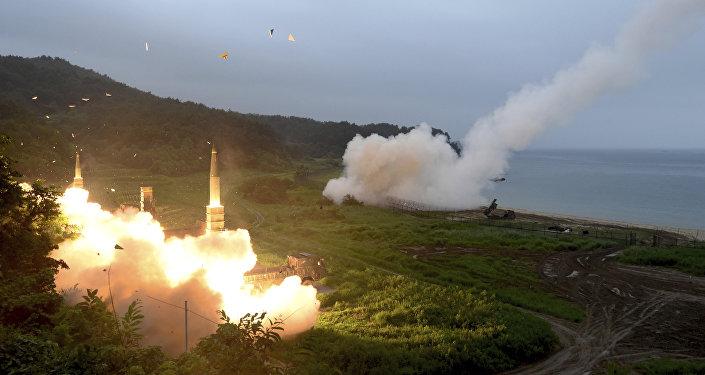 Sistema de mísseis sul-coreanos Hyunmoo II (esquerda) e Sistema Tático de Mísseis dos EUA (direita) realizam exercícios conjuntos (Arquivo)