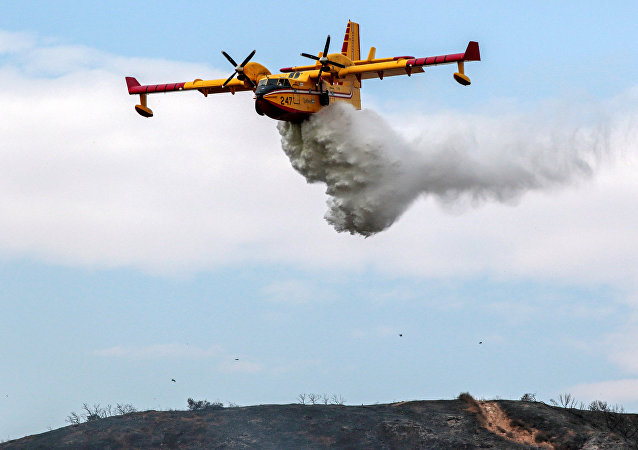 Avião despeja água para conter incêndio na Califórnia (arquivo)