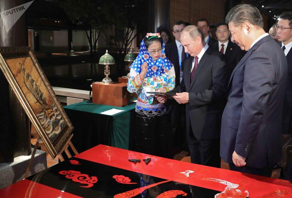 O presidente russo, Vladimir Putin, e o seu homólogo chinês, Xi Jinping, visitam a Exposição do Patrimônio Cultural da China, na cidade de Xiamen